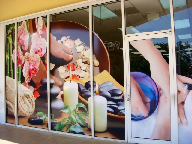 Nails salon printed with vivid colors